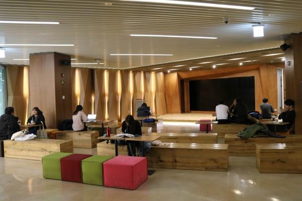 평상시엔 자유로운 라운지인 이벤트 홀을 학생들이 이용하고 있다.