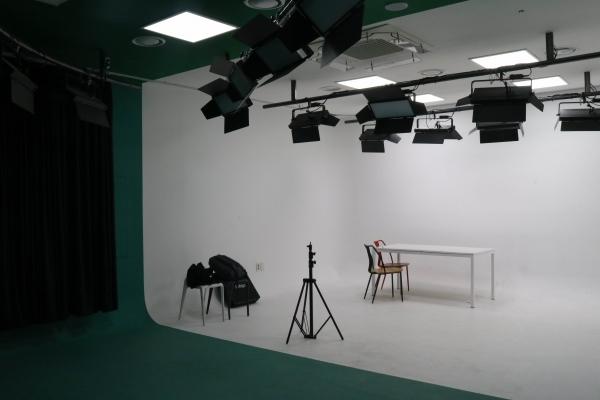 촬영 스튜디오에 조명과 촬영 장비가 갖춰져 있다.