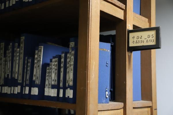 서고 책장마다 표시된 알파벳 A, B, C, D는 각각 경(經), 사(史), 자(子), 집(集)을 뜻한다. 기증서인 경우, 기증인의 호가 함께 적혀있다.