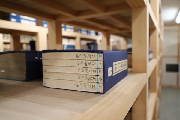 예로부터 선조들은 서적을 가로로 눕혀 보관했다. 이때 책 제목을 밑면에 따로 표시했다